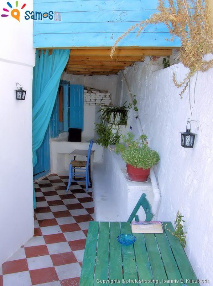 Κοκκάρι, αυλή σπιτιού
