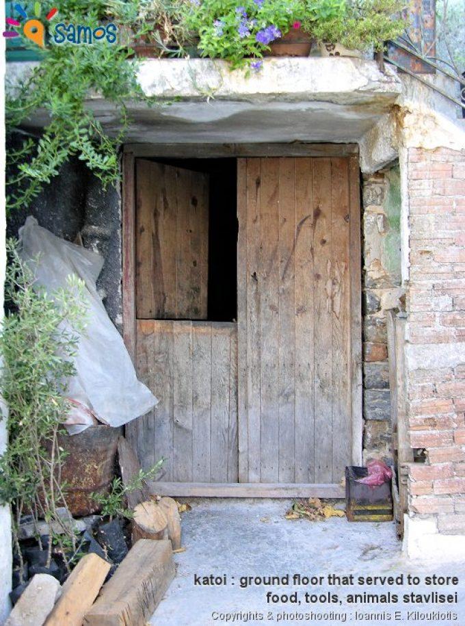 Κουμαραδαίοι παραδοσιακό σπίτι με πόρτα από 4 τμήματα στο κατώι