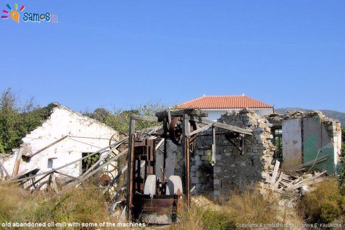 παλιό εγκαταλελειμμένο ελαιοτριβείο και μερικές από τις μηχανές toy