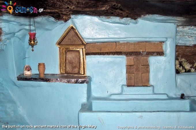 Η αρχαία μαρμάρινη εικόνα της Παναγίας, ενσωματωμένη στο βράχο