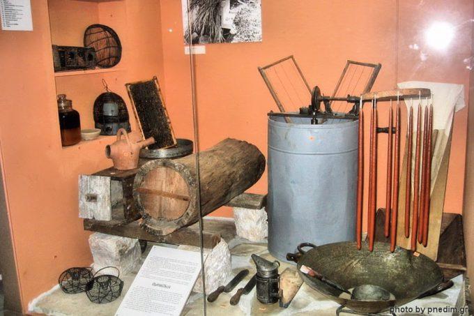 Εργαλεία μελισσοκόμου, στο Λαογραφικό Μουσείο Ν. Δημητρίου