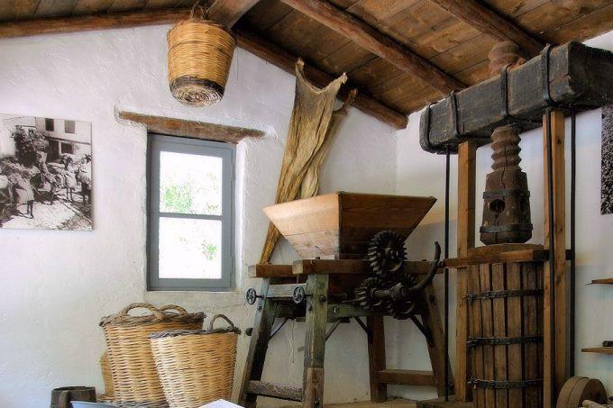 Εργαλεία οινοποιού, στο Λαογραφικό Μουσείο Ν. Δημητρίου