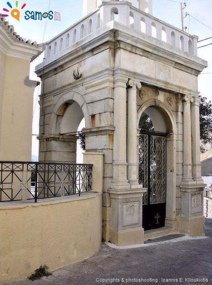 Η μαρμάρινη είσοδο της εκκλησίας