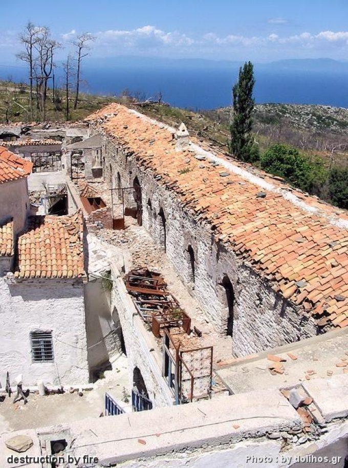Το μοναστήρι Παναγία βροντά κατεστραμμένο από την πυρκαγιά